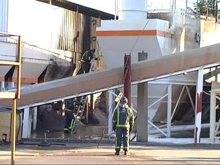 Bomberos de Asturias extinguen un incendio declarado en una empresa de aglomerado y asfaltado ubicada en la localidad de Arlós