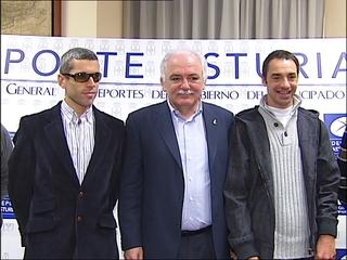 Laso y Santa, junto a Misael Fernández Porrón, director general de Deportes del Principado.