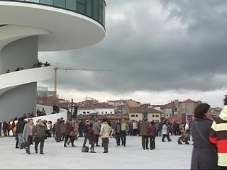 Gente en el Centro Cultural Óscar Niemeyer de Avilés