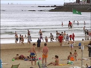 Bandera verde en la playa de San Lorenzo (Gijón)