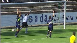 Los jugadores del Marino protestan en la jugada del primer gol