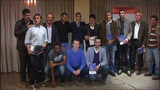 Jugadores del actual Oviedo y de los años en Primera posan con el autor del libro, Sergio Fuente.