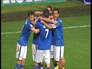 Los jugadore del Oviedo abrazan a Juampa tras el segundo gol.