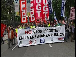 Cabecera de la manifestación en Oviedo contra los recortes en educación