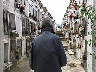 Un participante de 'Serendipia' en el cementerio de Ceares