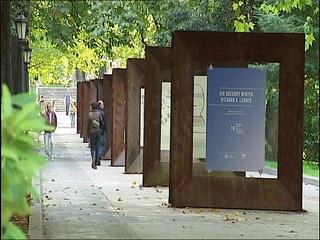 Cuadros de la Asociación de Diseñadores Gráficos expuestos en el Parque San Francisco de Oviedo