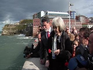 Carmen Menéndez arroja rosas rojas al mar en homenaje e Carrillo