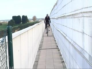 Un ciclista cruza el Puente de los Santos