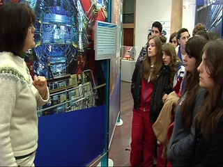 Alumnos durante una visita a la exposición