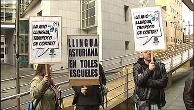 Concentración de profesores de Llingua Asturiana en el EASMU