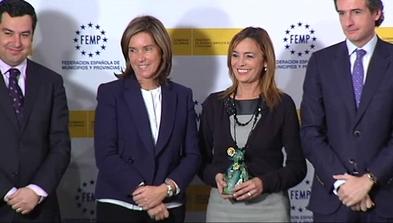 La alcaldesa de Castrillón, Ángela Vallina, posa con el galardón de la I Convocatoria de Buenas Prácticas Locales contra la Violencia de Género
