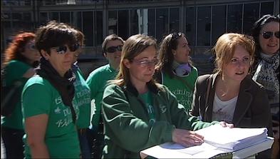 Un grupo de profesores interinos con alguna de las firmas de apoyo presentadas en el registro del Principado