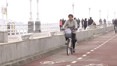Ciclista circulando por el carril bici del Paseo del Muro