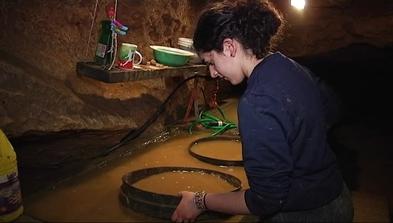 Investigadora trabajando en la cueva del Sidrón