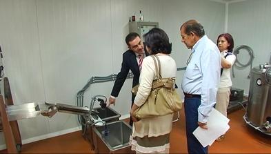 La consejera de Agroganadería y Recursos Autóctonos, María Jesús Álvarez, visita una fábrica en Grado/Grau