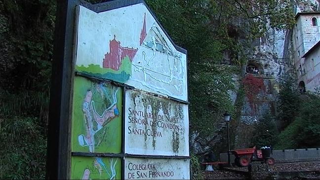 Deterior de un panel informativo en Covadonga