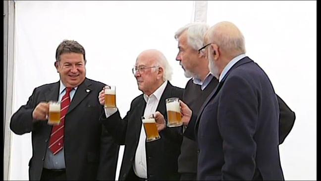 Los galardonados con el Premio Príncipe de Asturias de Investigación Científica y Técnica 2013, brindando con cerveza