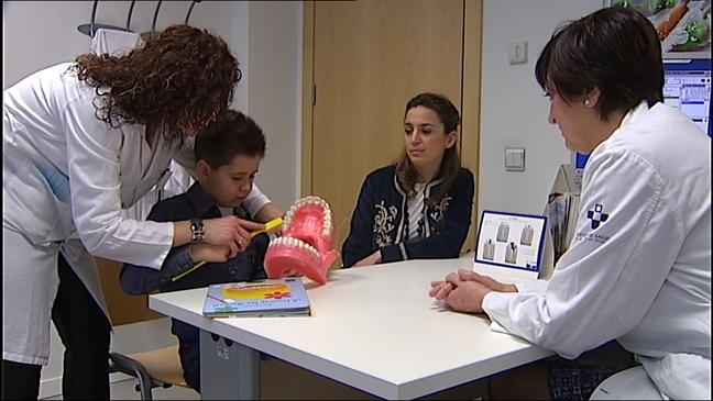 Un niño participa en el programa de unidad bucodental del Principado