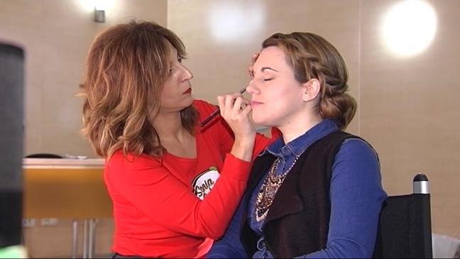 Una chica es maquillada en el Beauty Asturias