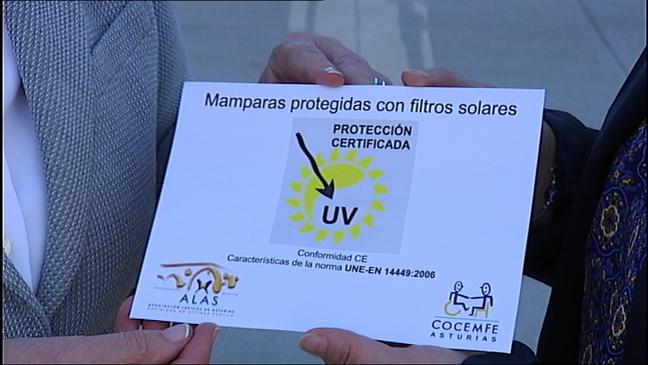 Pegatina que muestra que una mampara está protegida con filtros solares