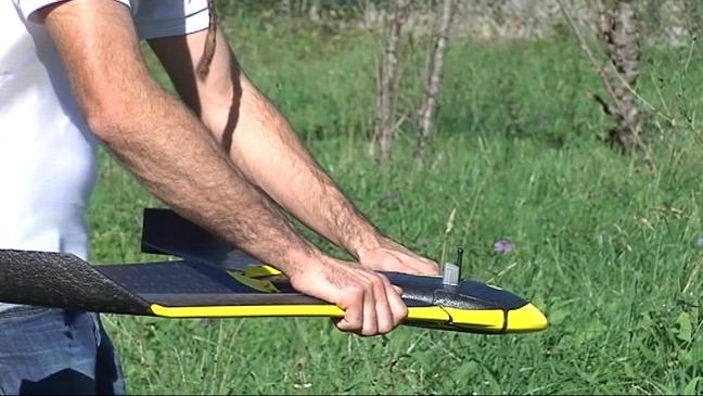 Un técnico antes de lanzar el dron sobre una pumarada