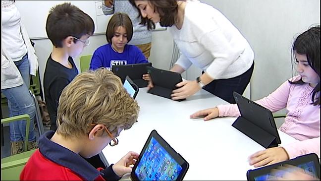 Niños trabajando con sus tabletas
