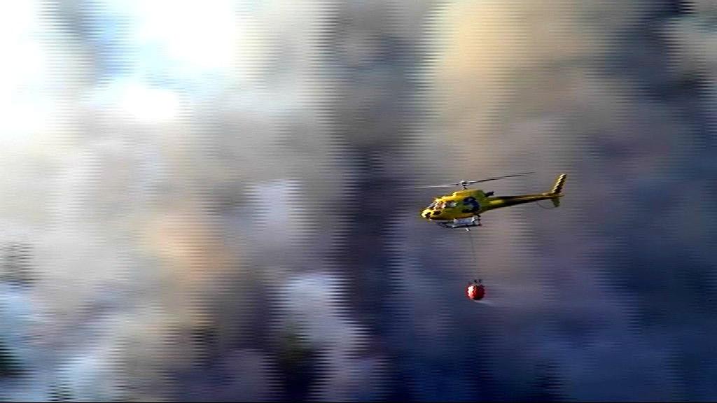 Helicóptero apagando el incendio