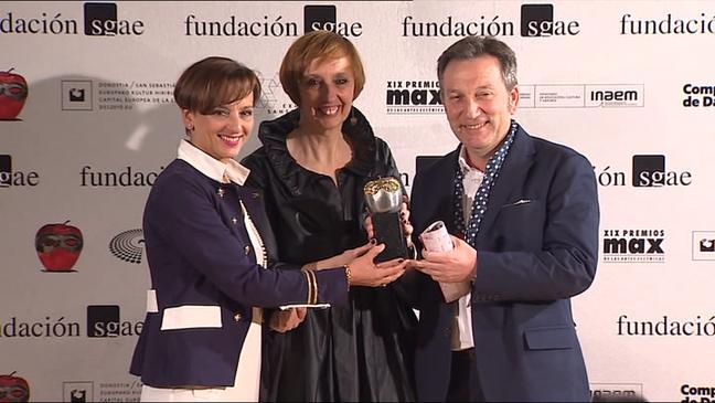 Marián Osácar, directora de Feten, y responsables de la feria con el premio Max