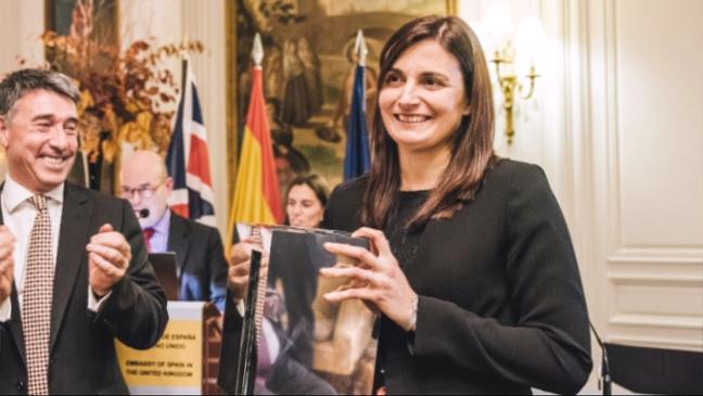 La investigadora asturiana Eva Hevia con el premio CERU