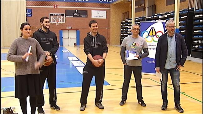 Jugadores del Oviedo Club Baloncesto enseñando prevención de riesgo laborales