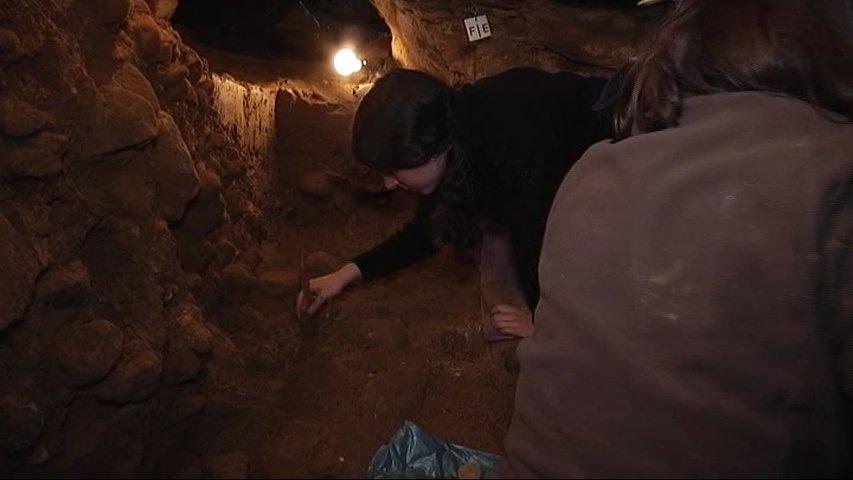Paleontólogo en la excavación de El Sidrón