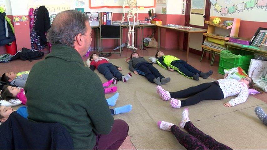 Alumnos de Castrillón meditan en clase