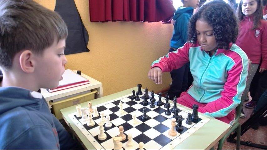 Dos niños jugando al ajedrez