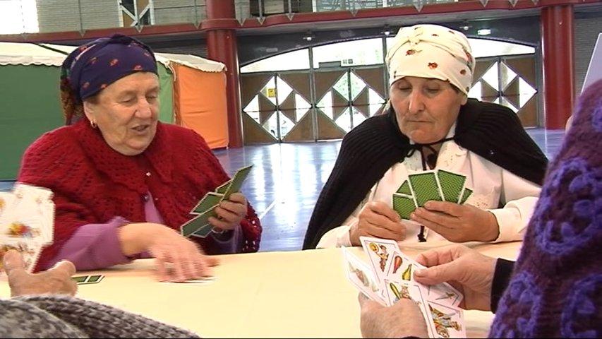 Grupo de señoras mayores jugando a las cartas