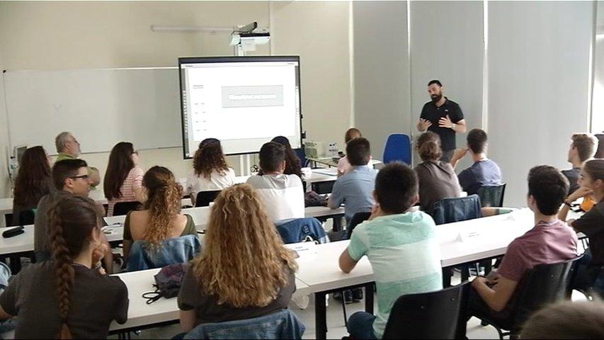 Un docente impartiendo clase