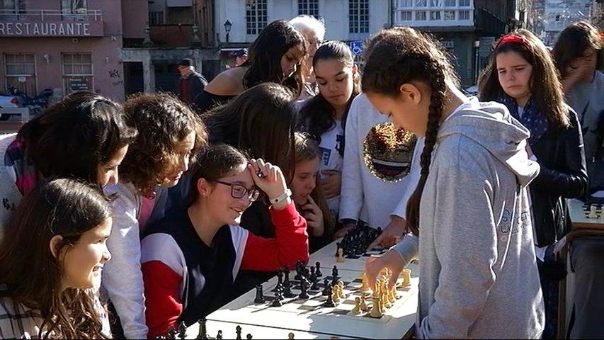 La ajedrecista Sara Kate jugando en L.luarca
