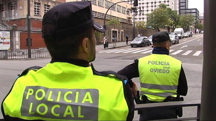 Dos agentes de la policía local de Oviedo