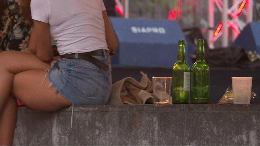 Jóvenes consumiendo alcohol en la vía pública