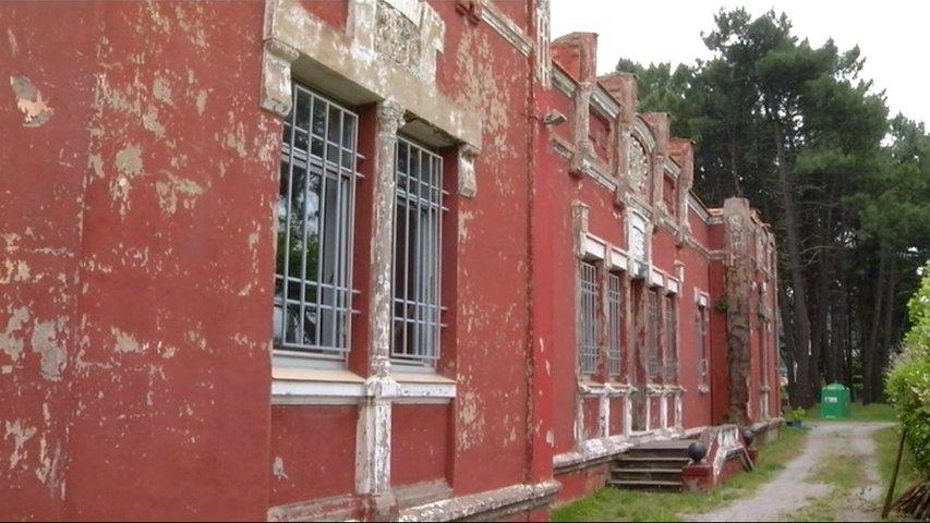 Fachada en mal estado del edificio catalogado Colonias de Salinas