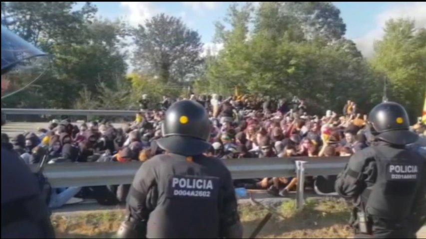 La policía vigila a los concentrados en un corte en una vía catalana