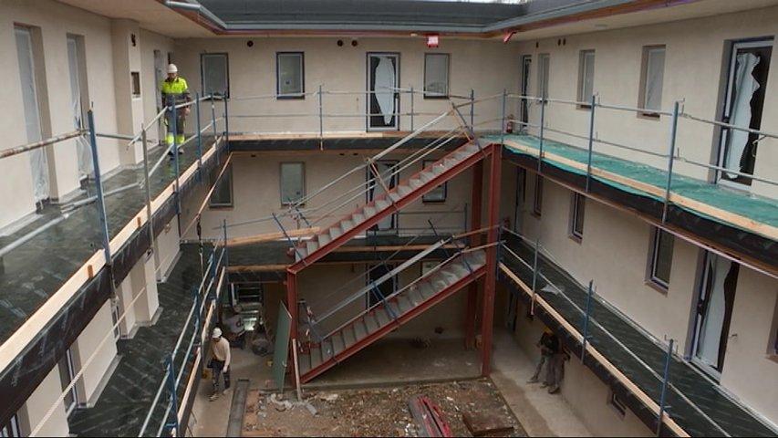 Trabajadores de la construcción en el patio de un edificio en obras