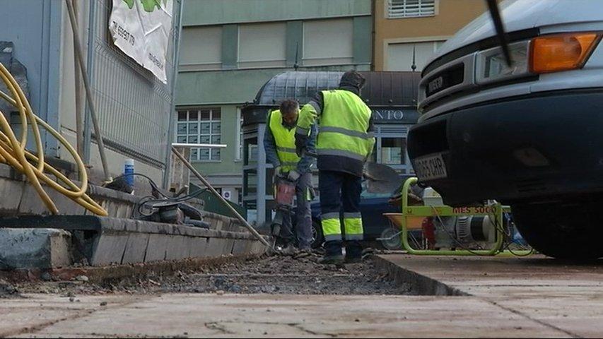 Oviedo retira los primeros bancos arcoíris con el inicio de las obras de La Escandalera
