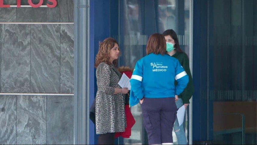 Personal sanitario con mascarillas en el HUCA para protegerse del coronavirus