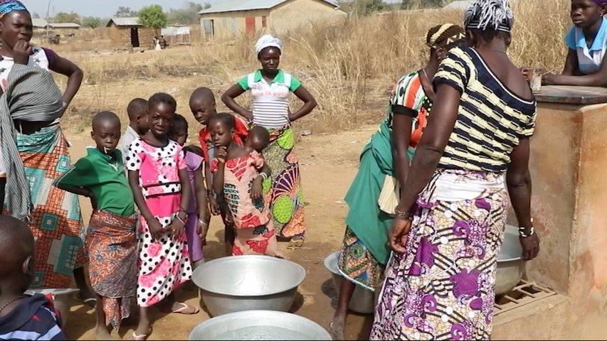 Mujeres de Benín llenan sus barreños de agua