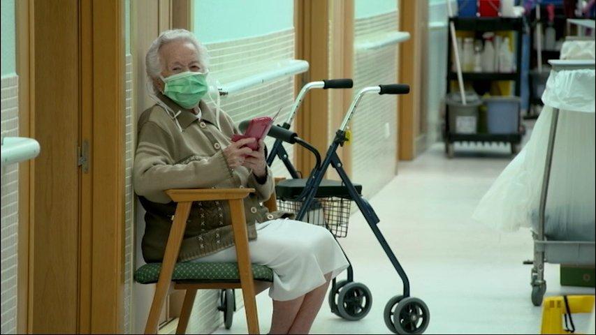 Una persona mayor con mascarilla en la residencia de Grao