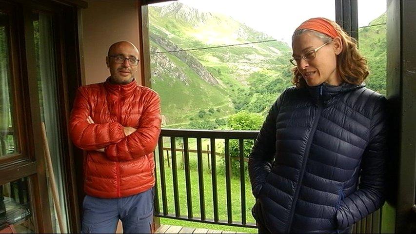 Jimena y Alfredo dan clases de español a extranjeros en Somiedo
