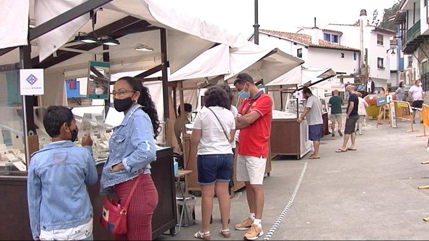 Gente en puestos de artesanía en Asturias
