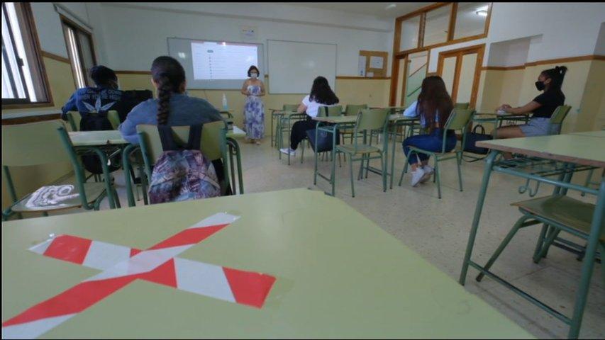 Alumnos manteniendo la distancia de seguridad en clase