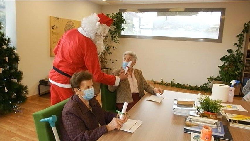 En la Residencia Montepío de Felechosa se visten de Papá Noel para animar a los residentes