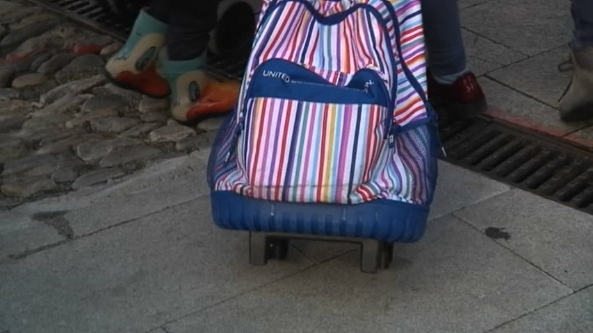 Mochila con ruedas de un niño